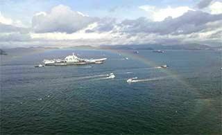 辽宁舰抵香港遇彩虹作门迎接