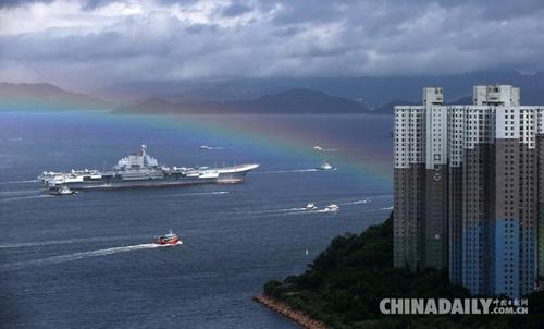 2017年7月7日上午,海军辽宁舰航母编队结束跨区机动训练任务抵达香港,参加解放军进驻香港20周年庆祝活动。(中国日报记者 邓永安 摄)图片来源:中国日报网