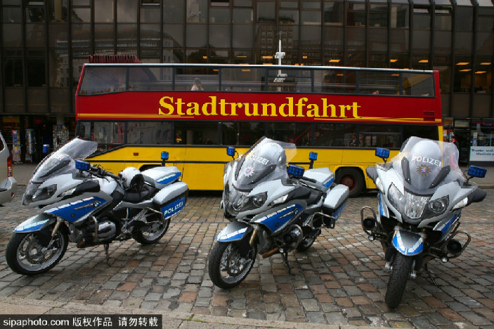 G20峰会前瞻:汉堡街头整齐排列备用的警用摩托车