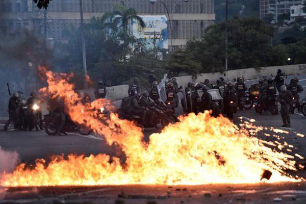 委内瑞拉反对派与警方发生暴力冲突 现场烟雾弥漫火光四溅