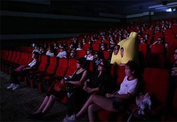 """上海粉丝扮成""""香蕉人""""去电影院看小黄人"""
