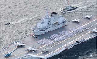 辽宁舰访问香港甲板摆出四个大字