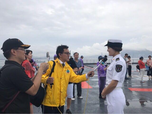 首位登上辽宁舰香港民众获赠舰帽:我很自豪!向祖国敬礼!