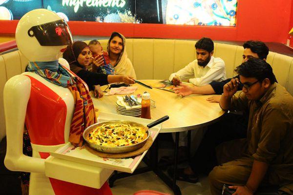 """巴基斯坦披萨店""""雇佣""""机器人当服务员"""