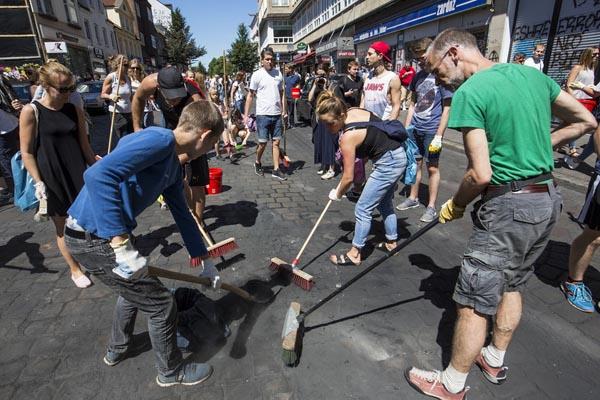 G20抗议浪潮过后 德国志愿者清理街道路面