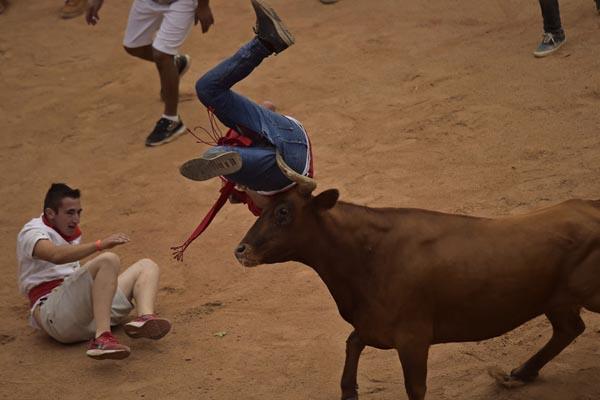 西班牙奔牛节持续进行 人牛大战险象环生