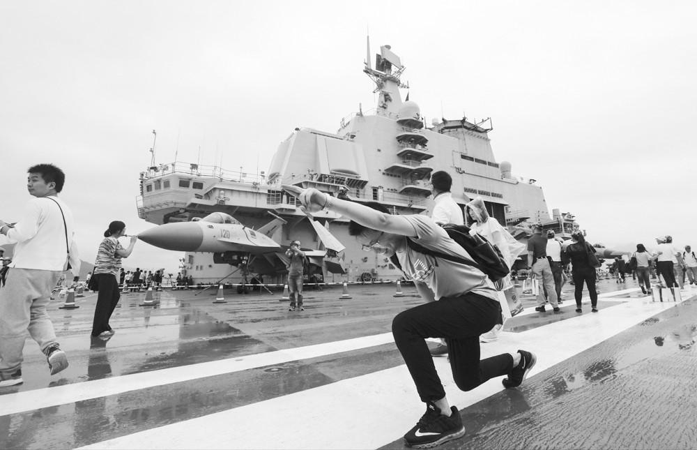 辽宁舰激起港人国民意识 登舰市民向官兵敬礼
