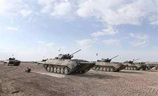 装甲部队戈壁训练为出征准备