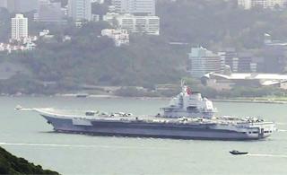 香港老板带着员工集体放假 到海边看辽宁舰