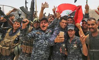 伊拉克第二大城市摩苏尔全城解放 士兵跳舞庆祝