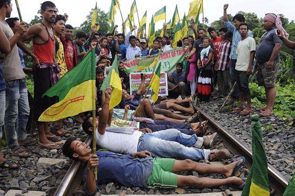 印度特里普拉邦原住民卧轨示威 要求自治