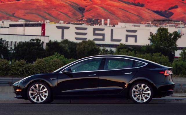 特斯拉首辆Model 3完成生产 工厂车间照曝光
