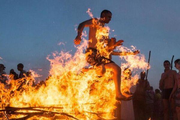 俄罗斯民众庆祝古老节日 人肉跳跃篝火