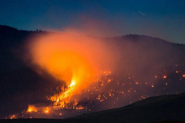 加拿大西部山火蔓延致上千人被疏散 居民家园成一片焦土