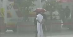 暖!军营开放突降暴雨 香港市民为执勤战士撑伞
