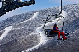 滑雪者需戴头盔上索道