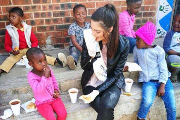 南非小姐戴手套喂艾滋病患儿 遭网友狂批