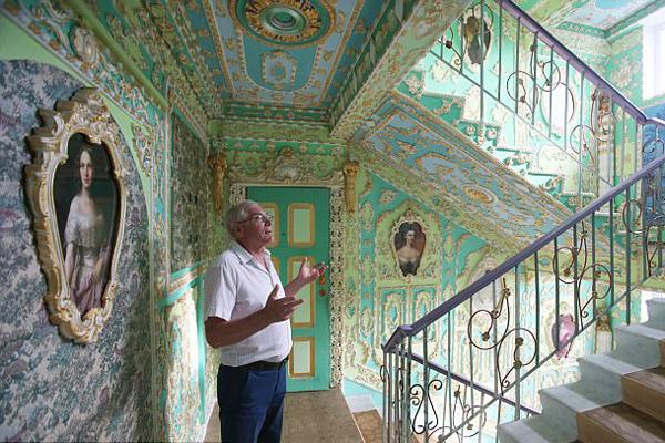 乌克兰退休老人花16年把公寓楼道装点似凡尔赛宫