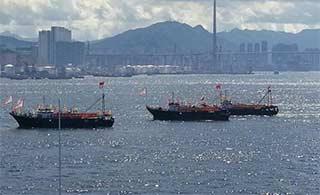 香港渔船列队欢送辽宁舰离港