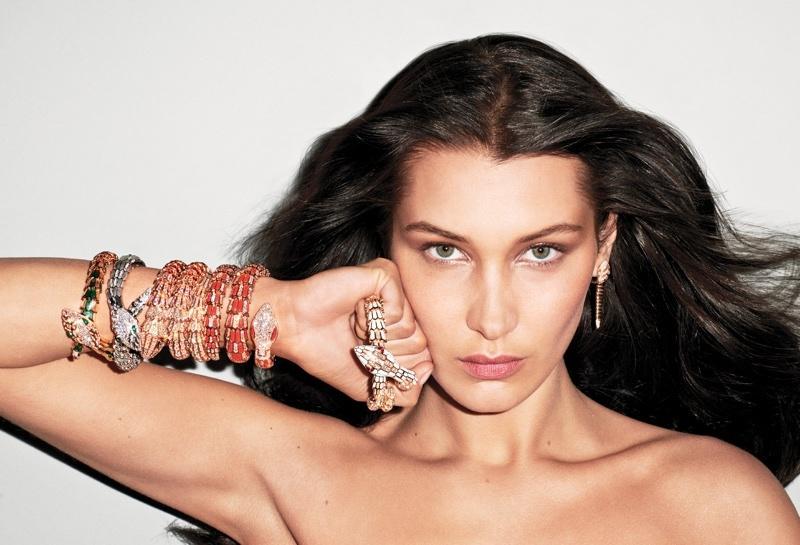 戴高级珠宝也能性感攻你一脸,除非身上只有珠宝……和一些牛仔