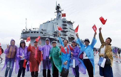中国侨网7月8日,香港市民在辽宁舰的飞行甲板上留影。 新华社记者 秦晴 摄