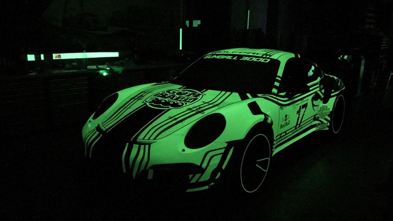 暗夜游侠 保时捷911GT3 RS荧光车漆亮眼
