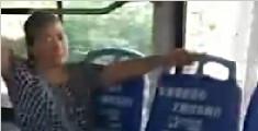 大妈解锁坐公交新姿势