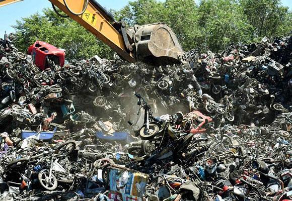 哈尔滨销毁2800余台违法摩托车