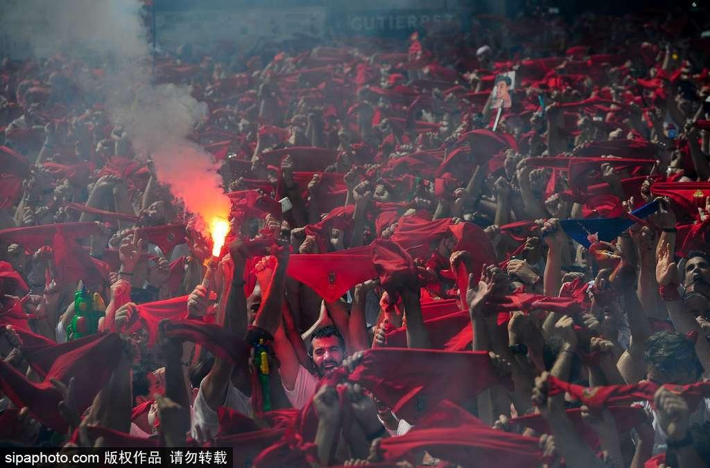 """2017圣费尔明奔牛节来了 民众街头狂欢变红色""""海洋"""""""
