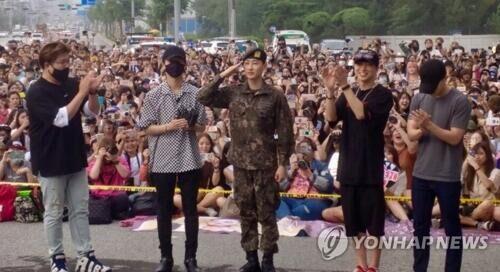 韩人气男团Super Junior银赫兵役期满退伍