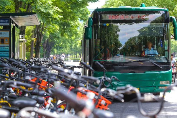 公交车站遭共享单车霸占 两旁人行道也遭殃