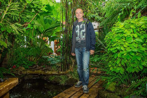 赞!英六旬老人花20年将后花园打造成雨林