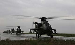 直10武装直升机冒雨训练