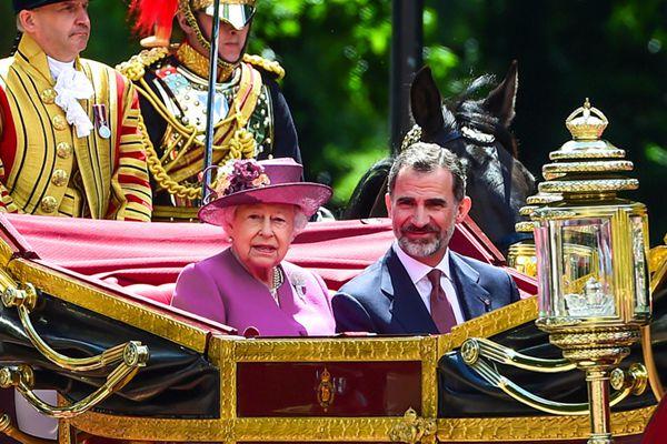 英国女王为来访西班牙国王夫妇举行欢迎仪式