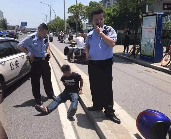 """小贼被抓后,对警察要求""""我能站起来吗?地上太烫了"""""""