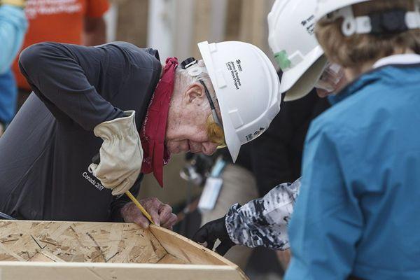 老当益壮!93岁美前总统加拿大建造房屋