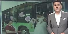 """""""霸气""""婚礼引人注目 新娘开着公交车接新郎"""