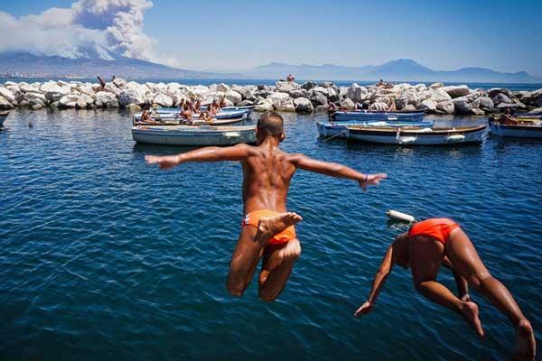 意大利维苏威火山附近发生山火 浓烟滚滚