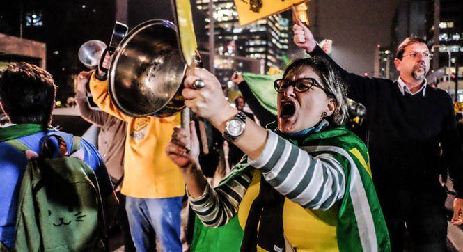 """巴西民众上街""""敲锅"""" 庆祝前总统卢拉被判贪污罪名成立"""