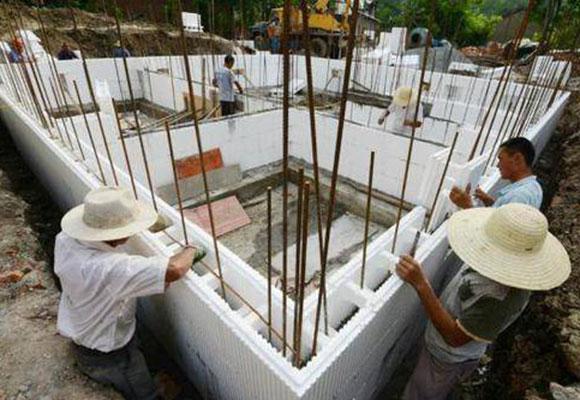 农民用泡沫盖别墅 建造过程犹如搭积木