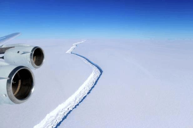 南极洲拉森C冰架断裂 形成逾兆吨巨型冰山