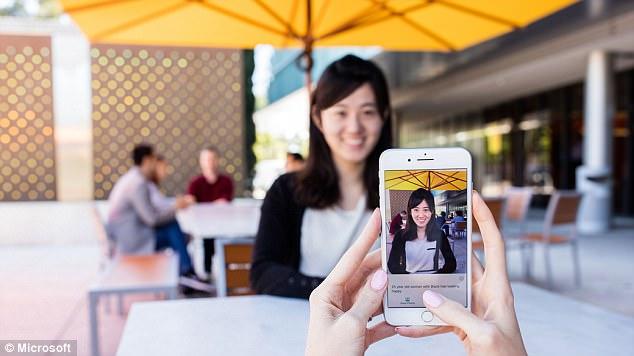 """微软发布AI应用Seeing AI 可助盲人""""看见""""世界"""