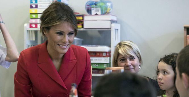 美国第一夫人参观法国儿童医院 与患儿亲切互动