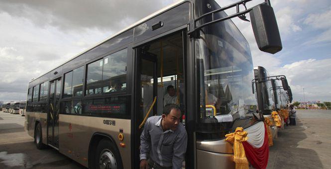 中国向柬埔寨援赠100辆公交车 交接仪式举行