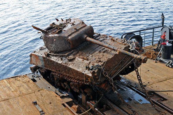 二战美军坦克重见天日 曾遭纳粹潜艇袭击