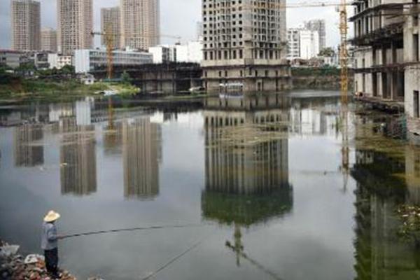 城中村改造烂尾8年 居民在工地钓鱼