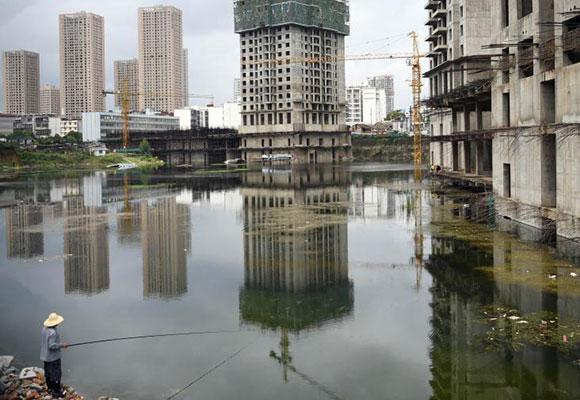 昆明城中村改造项目烂尾8年 成天然鱼塘