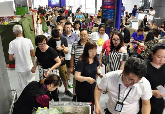 成都双流机场受雷阵雨影响关停 9000余名旅客滞留