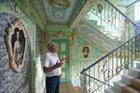 老人把楼道装点似宫殿
