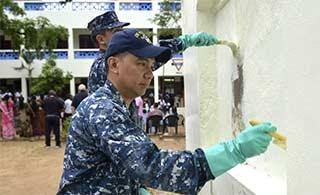 """美航母舰队水手在印度""""学雷锋"""""""